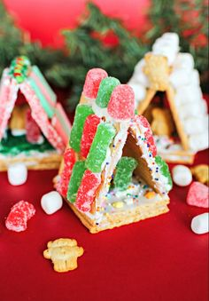 mini graham cracker houses - Mom Skills Simply grab HONEY MAID graham crackers, an assortment of green and red colored Sour Patch Kids cand Graham Cracker House, Graham Cracker Gingerbread House, Gingerbread House Parties, Christmas Gingerbread House, Gingerbread Houses, Christmas Activities, Christmas Crafts For Kids, Christmas Goodies, Christmas Traditions
