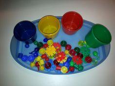 Eine einfache Montessoriübung für unsere jungen Kinder:  Spielsachen aus dem Gruppenraum nach Farben sortieren         Ziele:  Interesse an ...
