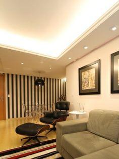 Sanca aberta com iluminação interna e luzes dicroicas direcionais