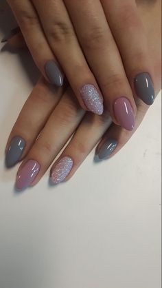 Grey and pink gel nails with glitter - Miladies.net