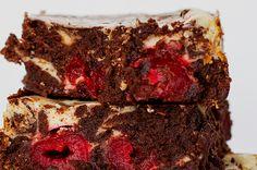 Aprenda a fazer o brownie de floresta negra: | Três sobremesas se uniram para te fazer feliz