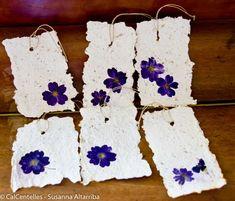 6 Etiquetas colgantes hechas con papel reciclado y material vegetal, acabadas con flores secas prensadas y aromáticas semillas 15x10 cm