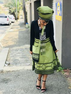 Umbhaco wesi Xhosa #Xhosa #Mbhaco Best African Dresses, African Wedding Dress, African Fashion Ankara, African Print Dresses, African Print Fashion, South African Traditional Dresses, Traditional Fashion, Traditional Outfits, Traditional Weddings