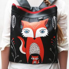NINJA BAG FOX Batoh s grafikou(C)PANMONdo města na lehčí zátěž. Batoh je ušit z koženky aautorské látky,uzavíratelný nazip, nastavitelné popruhy. rozměry:42 cm x 35 cm materiál:koženka + textilní díl + bavlněná podšívka barva:černá koženka