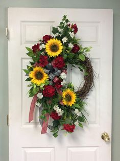 Great summer door wreath (wreaths for front door tulle) Diy Spring Wreath, Summer Door Wreaths, Fall Wreaths, Christmas Wreaths, Wreath Crafts, Diy Wreath, Grapevine Wreath, Wreath Ideas, Wreath Stand