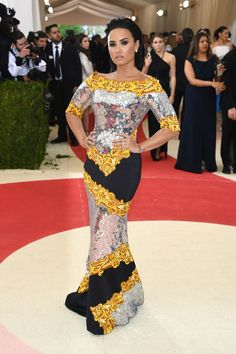 Do excêntrico ao glamouroso: os looks das famosas no baile de gala do MET - Demi Lovato