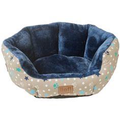 Lief! Hondenmand Boys. Stoere hondenmand met een lekkere zachte binnenkant van blauwe pluche. De buitenkant van de mand heeft een vrolijke print met de afdruk van pootjes en sterretjes. Hier zal je huisdier heerlijk in kunnen slapen.