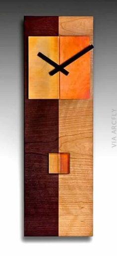 Relógio composto por várias tonalidades de madeira.