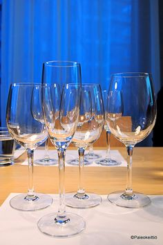 Riesling -viinien maistelua Bistro O matin viini-illassa (+ ARVONTA! White Wine, Wine Glass, Alcoholic Drinks, Tableware, Dinnerware, Tablewares, White Wines, Liquor Drinks, Alcoholic Beverages