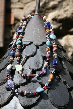 """Kette aus bunten Steinen, Metallteilen und Glasperlen AKR Nr. 6 Kunstraub """"MusterHäuser"""" - afrikanische traditionelle Hauskunst  Diese außergewöh..."""