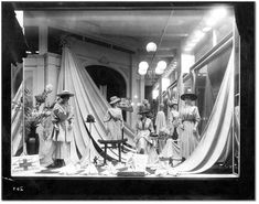Resultat av Googles bildsökning efter http://blog.mannequinmadness.com/wp-content/uploads/2009/02/1918-mannequin-window-display.jpg