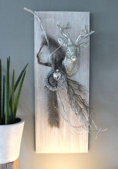 WD72 – Exclusive Wanddeko! Holzbrett weiß gebeizt, dekoriert mit natürlichen Materialien, Kunstfell, einem großen Hirschkopf, einem Herz und einem Miniglockenkranz! Größe 80x30cm – Preis 79,90€