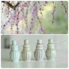 Söta små vaser att hänga i påskriset! Snödroppar, murgröna eller hjärtan på tråd - några förslag på vad som kan passa i de små flaskorna. Eller välj din egen vårfavorit. Kommer i fyra färger, #rosa #ljusblå #grön och #beige.  #ruthochgreta #nätbutik #påsk #dekoration #inredning #minivaser #miniflaskor #madleys #pasteller #vår #påskris #pynt #snartpåsk