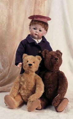 Antique Dołl with 2 antique Teddy Bears. Old Teddy Bears, Antique Teddy Bears, Teddy Bear Gifts, Teddy Bear Toys, Doll Display, Bear Doll, Old Dolls, Antique Toys, Vintage Dolls