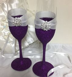 Wedding toasting flutes Champagne flutes purple by TheSparkleBooth Glitter Wine Glasses, Diy Wine Glasses, Decorated Wine Glasses, Hand Painted Wine Glasses, Wedding Toasting Glasses, Wedding Flutes, Toasting Flutes, Bling Wedding, Champagne Glasses