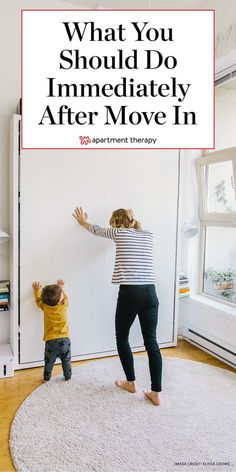 What to do the first 24 hours in a new house or apartment: These ideas are great for people on a cheap DIY budget, or if you're building a place from the ground up and moving in. Apartment Therapy, Apartment Hacks, Apartment Living, 1st Apartment, Apartment Hunting, Apartment Goals, Condo Living, Apartment Design, Living Rooms