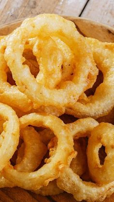 These are excellent. I have been making them for years.got the recipe originally from Woman's Day magazine, a column called Men Cook, back around Slice them thin and knock off excess batter on the side of the bowl. They fry up quickly. Onion Recipes, Vegetable Recipes, Onion Rings Recipe, Baked Onion Rings, Recipe For Beer Batter Onion Rings, Homemade Onion Rings, Beer Battered Onion Rings, Beer Battered Cod, Batter Recipe