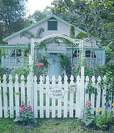 Fifi's garden: Hollyhocks and Rubeckias Picket fence headboard