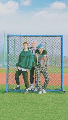 Chen, Baekhyun and Xiumin Exo Chen, Baekhyun Chanyeol, Exo Xiumin, Kpop Exo, Exo Memes, Btob, Exo Korea, Oppa Gangnam Style, Exo Lockscreen