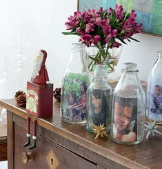 As garrafas que seriam descartadas podem se tornar ótimos porta-retratos. É bacana usar diferentes tipos e tamanhos de vasilhames para criar um efeito original. (Foto: Rogério Voltan/Casa e Comida)