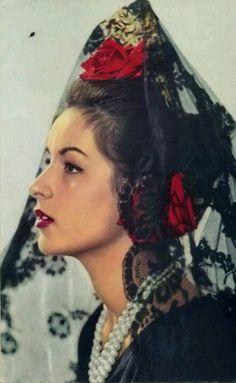 Mantilla Española. Except as dead lady/ghost/la llarona with black and white roses.
