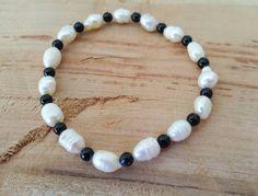 Bracelet élastique, perles d'eau douce baroque, perles de verre noire. Bracelet femme. bracelet perle. bracelet boho chic. Noir et blanc. de la boutique CreationL sur Etsy