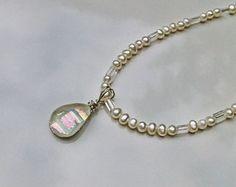 Gota d Orvalho colar d perolas e cristal.  Gota de Orvalho - É um colar de pérolas naturais brancas, cristais e um delicado pingente de murano criado artesanalmente de vidros importados.