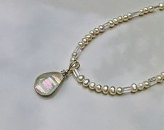 Gota d Orvalho colar d perolas e cristal - R$120  Gota de Orvalho - É um colar de pérolas naturais brancas, cristais e um delicado pingente de murano criado artesanalmente de vidros importados.