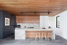 Combinación de mármol blanco con madera clara y piso gris