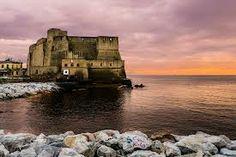 """Il nome """"Castel dell'Ovo"""" deriva da un'antica leggenda secondo la quale il poeta latino Virgilio, che nel Medioevo era considerato anche un mago, nascose nelle segrete dell'edificio un uovo che mantenesse in piedi l'intera fortezza. La sua rottura avrebbe provocato non solo il crollo del castello, ma anche una serie di rovinose catastrofi alla città di Napoli. La leggenda circolava già dal 300 d.C."""
