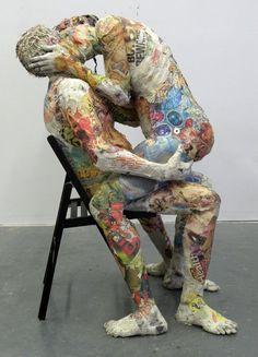 «El beso», escultura de Will Kurtz realizada en papel de diario reciclado.