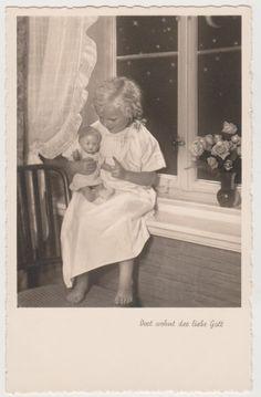 Ak, Mädchen mit Puppe, Dort wohnt der liebe Gott, Amag 66340/1 Spielzeug, Kinder