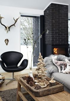 A Christmas made of wood and black in Betina Stampe's holiday home, the creative director at Bloomingville. Photo by Kira Brandt