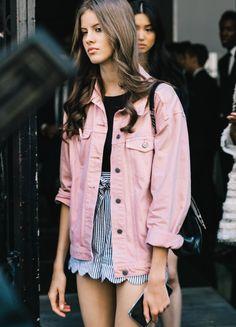 Déclinée en rose pâle, la veste en jean oversize gagne en coquetterie (photo Vogue)