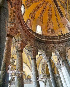 La columnas dentro de Santa Sofia. #turquiaturismo #turquia #estambul #turismo #viajes #viaje #viajero #viajeros #instaviajes #instaturismo #instatravel #travel #fotodeldia #foto #picoftheday #photooftheday #santasofia