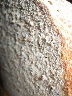Pane semi integrale fatto in casa con la macchina del pane (MDP). Pane fatto con farina integrale, segale e manitoba. Ricetta anche per forno tradizionale.