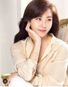 South Korean actress Ha Ji Won is the latest actress to endorse the jewelry brand Stylus. The campaign, entitled 'She whom you can't help but love,' will be targeting those in their and with their 'H Collection' for Ha Ji Won. Korean Actresses, Korean Actors, Korean Beauty, Asian Beauty, Han Ji Won, Singer Fashion, Senior Girl Poses, Cute Beauty, Korean Celebrities
