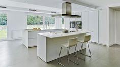 Cocina blanca con isla abierta al comedor amueblada con el diseño LINE Blanco SM de Santos