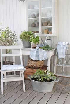 Shabby Chic Summer Porch - via VIBEKE DESIGN: Grønn sommer!