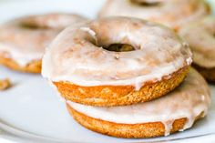 Sallys Baking Addiction Baked Cinnamon Bun Donuts with Vanilla Glaze. Eclairs, Just Desserts, Dessert Recipes, Delicious Desserts, Yummy Treats, Yummy Food, Baking Buns, Cinnamon Donuts, Vanilla Glaze