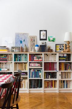 hyllor med skiva på Low Bookshelves, Bookshelf Styling, Ikea Billy Bookcase, Eclectic Decor, Libreria Billy Ikea, Library Study Room, Etagere Billy, Billy Regal, Cosy Room