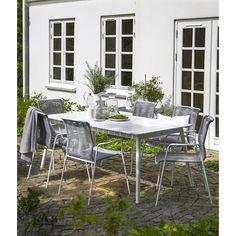 Camebrigde havebord i hvidmalet FSC® eucalyptus. Winston stabelbar havestol med grå plastikstrenge for god siddekomfort. Hvidt metalstel. Sætpris bord + 6 stole