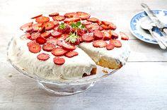 Δες τη συνταγή για παραδοσιακό ραβανί με ινδοκάρυδο και λευκό γλάσο. Ραβανί ή ρεβανί, εύκολο σιροπιαστό γλυκό ταψιού με γεύση που σου μένει αξέχαστη!