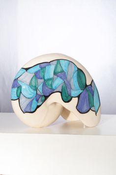 Scultura a forma di conchiglia,realizzata con terraglia,decorata a mano,decorazione originale,pezzo unico,made in Italy.