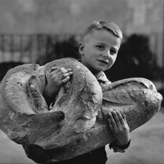 the history of bread in Greece Vintage Photographs, Vintage Photos, French Bakery, Old Paris, Vintage Paris, French Vintage, Working People, Precious Children, Bread Baking