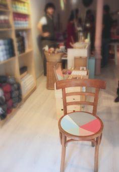 Silla multicolor. Ååååh orkar inte köpa nya stolar men känner att jag måste så jag kan måla dem och vara allmänt awesome/cool...