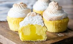 These Lemon Meringue Cupcakes are made with a light lemon cake, lemon curd filling and lightly toasted meringue frosting! It's like Lemon Meringue Pie in cupcake form! I've been loving turning fun pie flavors into cupcakes! Lemon Desserts, Lemon Recipes, Köstliche Desserts, My Recipes, Cooking Recipes, Skinny Recipes, Delicious Recipes, Healthy Recipes, Pie Flavors