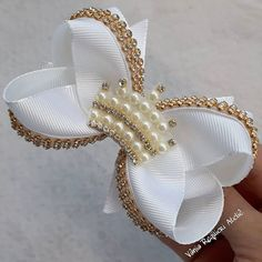 It is common to see decoration items, clothes and even cakes and other types of candy with bows and ornaments that resemble the piece. Diy Hair Bows, Making Hair Bows, Ribbon Hair Bows, Diy Bow, Satin Flowers, Fabric Flowers, How To Make A Ribbon Bow, Tambour Beading, Hair Bow Tutorial