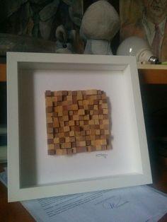 Quadretto ottenuto mediante l'incollaggio (a caso) di tessere di legno (1x1 cm) di due tonalità di colore tagliati di varie lunghezze (a caso).