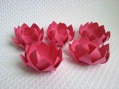 Forminha Flor para Doces. Aprenda de uma forma simples a fazer uma linda forminha em formato de flor, dando um toque sofisticado em sua festa! Nossa sugestão para 15 anos, Noivados, Casamentos, Bod…